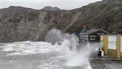 Na Británii se žene bouře Dennis. V moři vylovili utonulého muže, který zřejmě spadl z tankeru