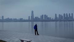 Wu-chan jako město duchů. Působivý dokument zhmotňuje strach z koronaviru