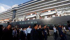 Nepovedené vítání výletní lodi v Kambodži. Premiér přišel bez roušky, na palubě byl koronavirus