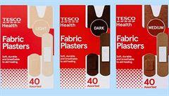 Zboží podle rasy zákazníků. Britské Tesco nově prodává náplasti různých barev kůže
