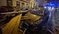Silný vítr v Praze strhl část střechy, konstrukce se zřítila na ulici a poškodila několik aut