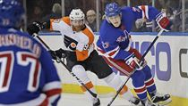 Jakub Voráček a Adam Fox z New York Rangers.