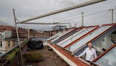 Jak bydlí designéři: Byt z filmu Ženy v běhu s nádhernou střešní terasou a krbem