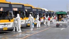 Autobus jako zkumavka. Vědci popsali na ženě, která nakazila buddhistické věřící, šíření covidu vzduchem