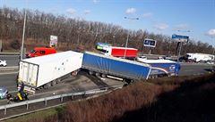 Tři kamiony po nehodě zablokovaly Jižní spojku ve směru na Hradec. Uzávěra potrvá několik hodin
