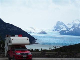 Snad nejznámější ledovec Perito Moreno působí i z dálky jako obrovské ledové...