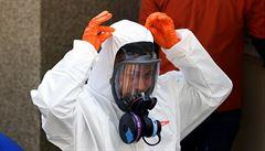 Rukavice někdy dodávají falešný pocit bezpečí, teplejší počasí může proti šíření viru pomoci, říká virolog