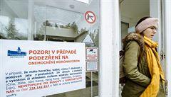V Thomayerově nemocnici jsou čtyři zdravotní sestry nakažené koronavirem. Dvě se infikovaly od pacienta