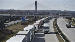 Naftu na dálnici ve Francii jsem platil přes okénko, paní měla rukavice, říká český řidič