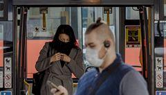 OBRAZEM: Rouškové tsunami v Česku. Lidé je musejí nosit v MHD, ústenek je ale málo, šijí se doma