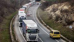 Kolona kamionů před hranicemi s Polskem se natáhla až do Hradce Králové. Doprava v Náchodě kolabuje