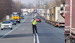 Kolona kamionů z Náchoda se v noci protáhla až na 50 kilometrů. Problémy jsou i u Harrachova a na D2