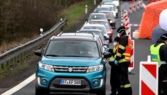 Na hraničních přechodech se tvořily dlouhé fronty. Na Folmavě řidiči čekali přes půl hodiny