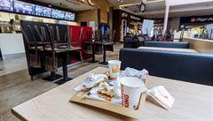 Fast foody smějí vydávat jídlo okénkem, restaurace mohou rozvážet. Banky a pošty dále fungují