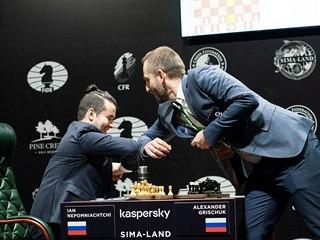 Něpomjaščij a Griščuk srandují na startu partie, místo podání rukou si ťukli...