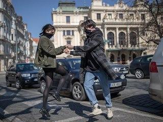 Lidé na pražském náměstí Míru zpívají a tančí na motivy známé písně Není nutno.