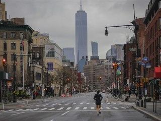 Běžec se pohybuje prázdnou 7. avenue ve městě New York.