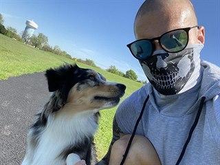 Český fotbalista Zdeněk Ondrášek hrající v Dallasu tráví volné chvilky se psem