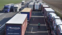 Problémy na dálnici D2. U přechodu na Slovensko se vytvořila dvanáctikilometrová kolona