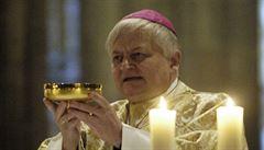 Biskup Herbst je v umělém spánku, napojen na plicní ventilaci. Jeho stav je stabilizovaný