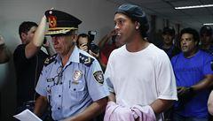 Ronaldinho byl ve vězení celebritou. Rozdával podpisy, hrál s vězni fotbal: 'Taky procházeli těžkým obdobím'