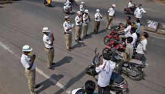 VIDEO: 'Děravá karanténa' pro 1,3 miliardy lidí. V Indii policie neposlušné občany mlátí holemi