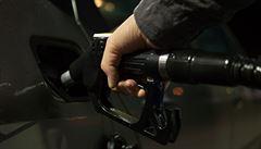 Pohonné hmoty zlevňují, nafta už je dražší než benzin, říkají unikátní čísla z burzy. A ceny budou padat dál