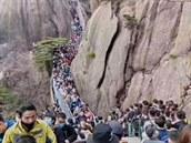 Žluté hory zaplavilo 20 tisíc turistů. Lidé v Číně hromadně vyrážejí ven, strana je kárá