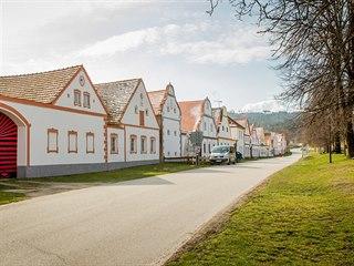 Určitě znáte nějakou vesnici s hezkou návsí, ale jen ta v Holašovicích je zapsaná mezi památky UNESCO. Proč, když vlastně vypadá docela všedně a možná znáte nějakou, která se té holašovické v lecčems...