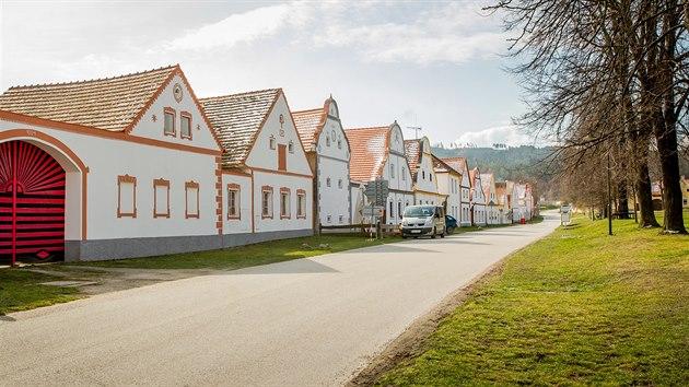 Neobyčejně obyčejná vesnice Holašovice ohromila filmaře i památkáře. Její obyvatele několikrát stihl krutý osud