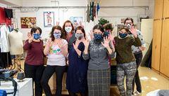 Lidé pracující v kanceláři s dalšími kolegy roušku v dohledné době neodloží. Astmatici by mohli dostat výjimku