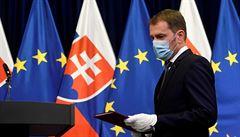 Zákaz hromadných akcí, omezení provozu podniků, roušky i venku. Slovensko výrazně zpřísňuje opatření