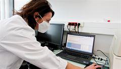 Koronavirus nebyl uměle vytvořen, říkají tajné služby USA. Vznik následkem nehody v laboratoři však nevylučují