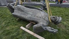Praha 6 odstranila podstavec po soše Koněva. Demolice se ale kvůli masivní vrstvě betonu prodražila
