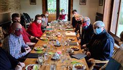Zemanovo jednání o koronaviru: 13 lidí u stolu, roušky a plné talíře. 'V pořádku to není,' říká epidemiolog