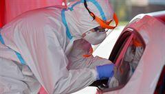 V neděli testy potvrdily koronavirus u 792 lidí. Po pěti dnech tak byl nárůst nakažených nižší než tisíc