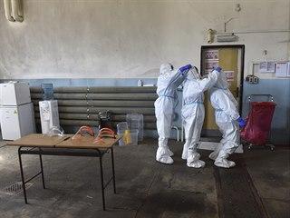 Zdravotnice si vzájemně pomáhají s vysvlečením ochranného obleku 17.dubna 2020...