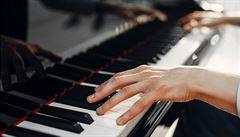 Hongkongská škola odmítá učit hře na klavír na dálku
