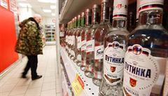 Rusové skupují ve velkém alkohol z obchodů. Stouply prodeje vodky, whiskey i piva