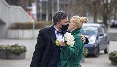 Říct si 'ano' s rouškou. Vir škrtá plány snoubenců, svatební salóny i oddávající zatím vyčkávají