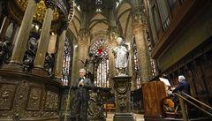 VIDEO: Andrea Bocelli a prázdná milánská katedrála. Slavný tenor odzpíval online koncert pro naději