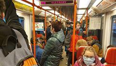 Provoz na lince C stál. Ve stanici Vltavská srazilo metro muže, na místě zemřel