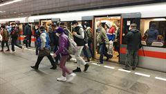 Mění se dávkování vakcíny od Pfizeru, metro pojede ještě o půlnoci a poslanci proberou covid