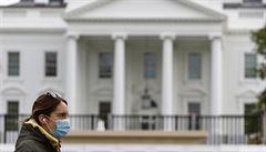 Covid-19 má 11 členů ochranky i prezidentův sluha. Bílý dům zavedl povinné roušky, pro Trumpa neplatí
