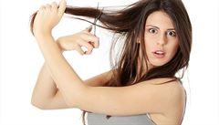 Vypadávají vám po porodu vlasy? Nebarvěte se doma a nefénujte je v předklonu