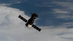 Vysloužilý satelit a raketa se měly v kosmu vznášet nebezpečně blízko. Obavy ze srážky se ale nenaplnily