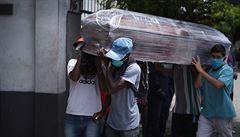 Dejte mi peníze, najdu vám nebožtíka. Pohřební ústavy v Ekvádoru údajně zneužívají chaosu okolo obětí