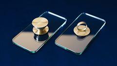 Kolekce iSee designérky Mikoláškové poukazuje na to, jak nás deformují chytré telefony