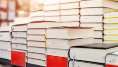 Ruské knihkupectví podává zákazníkům knihy doslova po lopatě