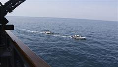 Íránské gardy zahájily manévry v Perském zálivu a zaútočily na maketu americké lodě. Nezodpovědné, zní od USA